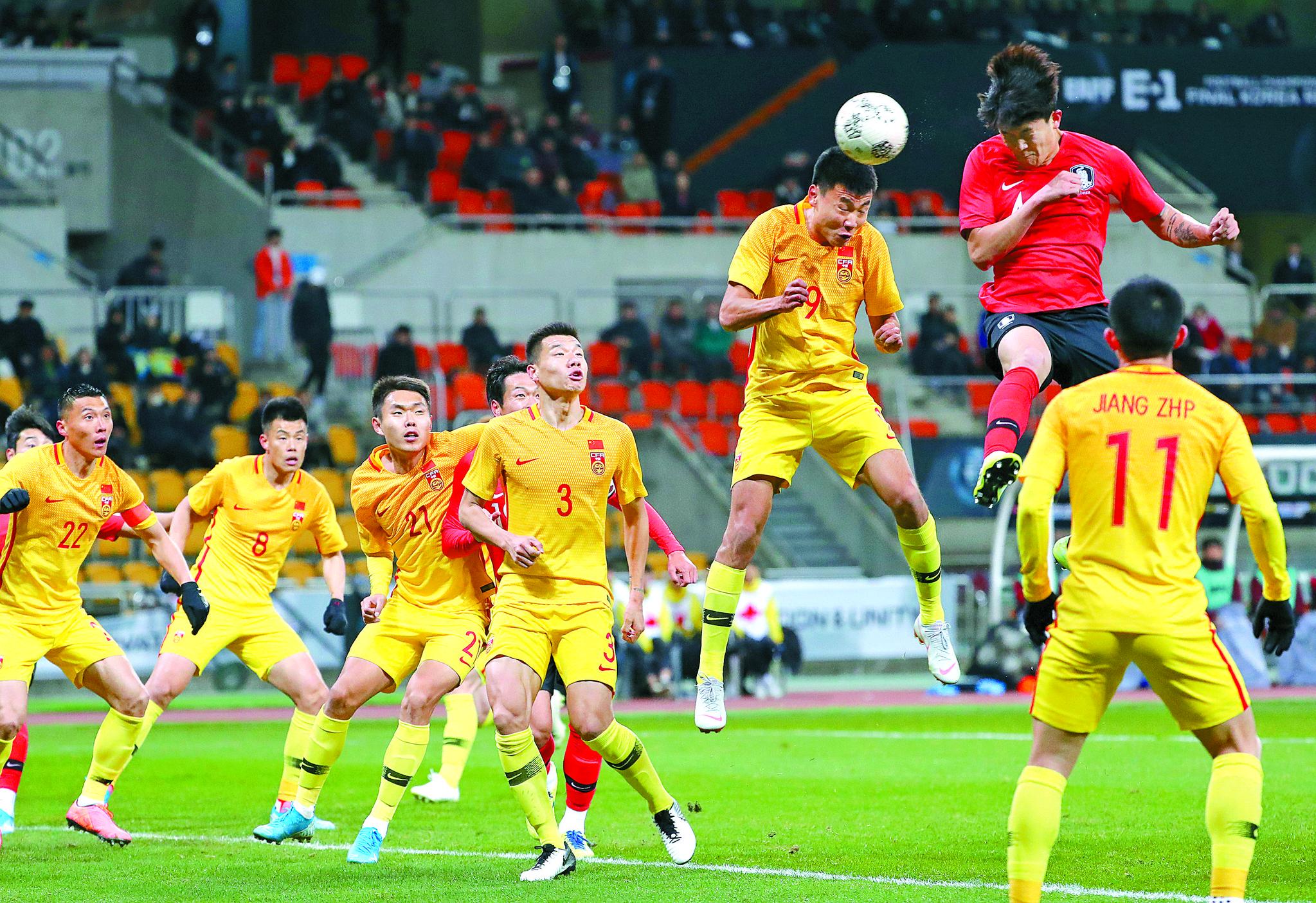 15일 부산아시아드주경기장에서 열린 2019 동아시안컵 남자부 한국과 중국의 경기. 한국 김민재가 헤딩골을 넣고 있다. [연합뉴스]
