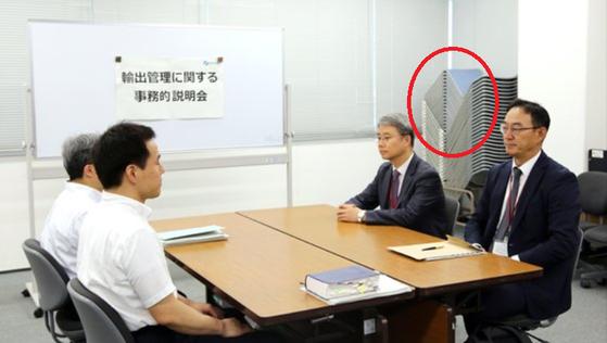"""지난 7월 열린 회의실 한켠에 의자가 쌓여있다(빨간 색 원 안). """"창고를 급조해 회의실로 쓰며 한국을 홀대했다""""는 말이 나왔다. [연합뉴스]"""