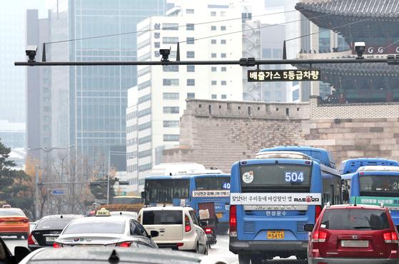 서울시내 녹색교통지역 경계지점인 숭례문 앞에 단속카메라가 운영되고 있다. 우상조 기자