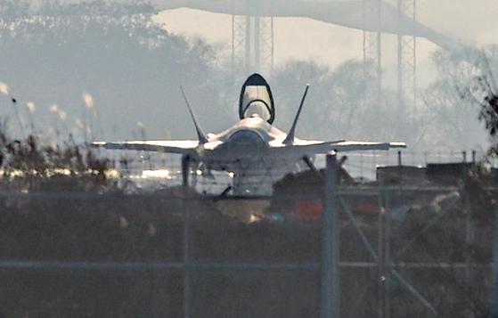 세계 최강 최신예 F-35A 스텔스 전투기가 16일 오후 청주 공군기지에서 캐노피(조종석 덮개)를 열고 대기하고 있다. 공군은 17일 F-35A의 전력화 행사를 청주 공군기지에서 비공개로 진행할 예정이다. 김성태/2019.12.16.