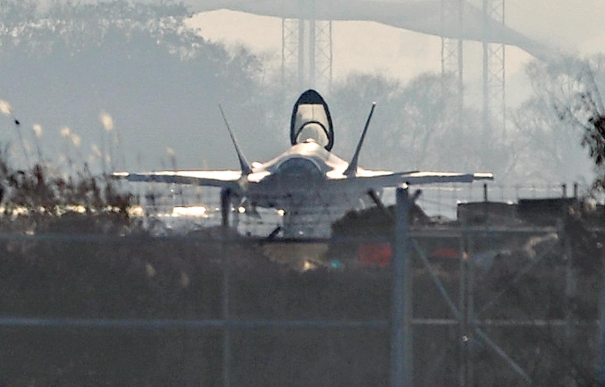 최신예 F-35A 스텔스 전투기가 16일 오후 청주 공군기지에서 캐노피(조종석 덮개)를 열고 대기하고 있다. 공군은 17일 F-35A의 전력화 행사를 청주 공군기지에서 비공개로 진행할 예정이다. 프리랜서 김성태