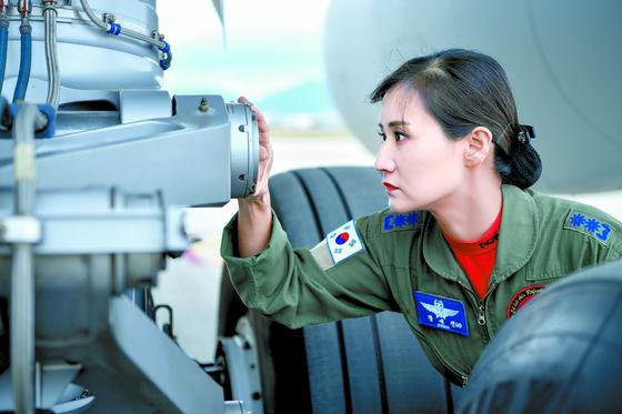 공군 첫 여성 비행대 대장들. 사진은 공중급유기를 살피고 있는 공중급유비행 대대장 장세진 중령. [사진 공군]