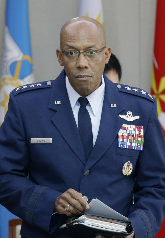 찰스 브라운 미국 태평양공군사령관이 지난 10월 16일 서울 용산구 국방부에서 정경두 국방부 장관과의 면담을 기다리고 있다. [뉴스1]