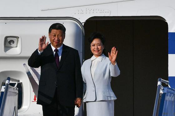 시진핑 중국 국가주석이 부인 펑리위안 여사와 함께 18일 마카오를 방문했다. 홍콩 시위를 다분히 염두에 둔 방문으로 풀이된다. [AFP=연합뉴스]