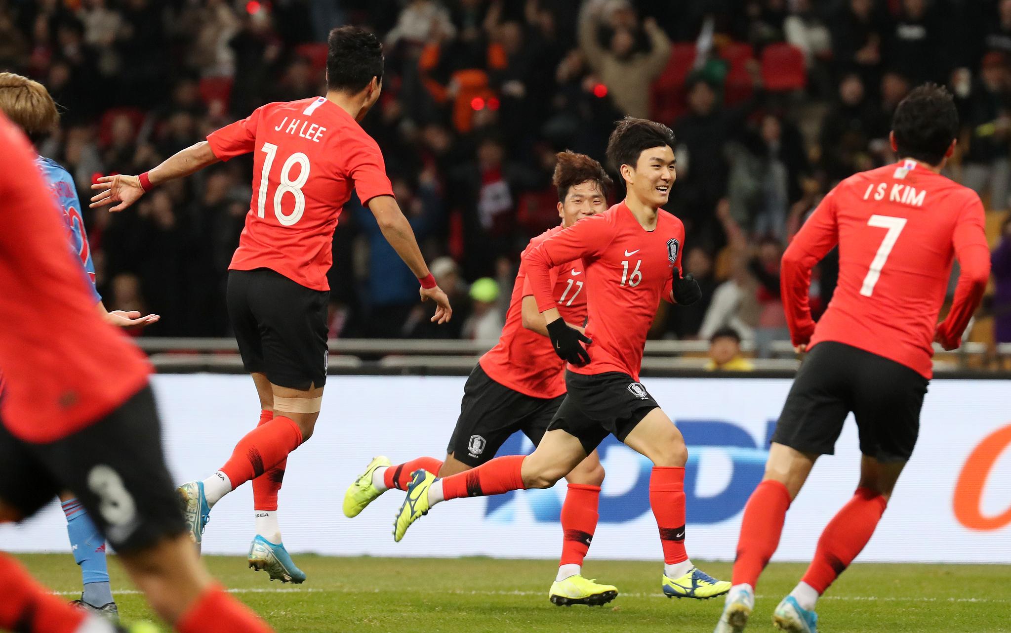 18일 부산아시아드주경기장에서 열린 동아시안컵 일본전에서 황인범이 선제골을 넣은 후 기뻐하고 있다. [뉴스1]