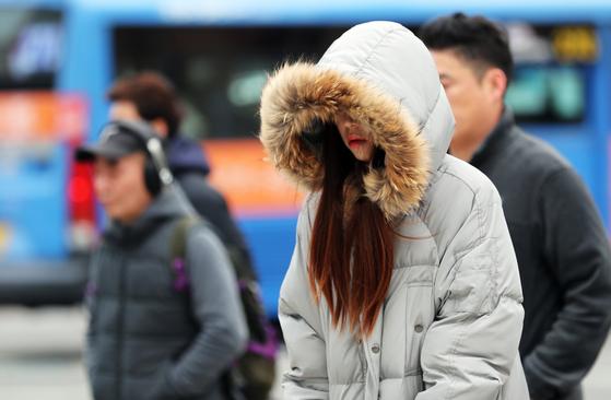 영하권 추위가 이어지고 있는 13일 오전 서울 세종대로 광화문사거리에서 시민들이 출근길 발걸음을 재촉하고 있다. [뉴스1]