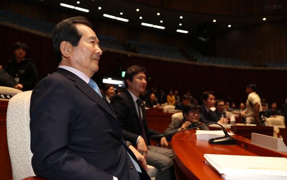 국무총리 후보자로 지명된 정세균 더불어민주당 의원이 18일 국회에서 열린 의원총회에 참석해 있다. 김경록 기자