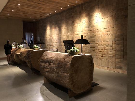 원 호텔 웨스트 헐리우드에 들어서면 로비에서 반기는 거대한 통나무 프론트 데스크. 오래된 가옥이나 건물에서 가져온 고재(reclaimed wood, 재생된 나무)'를 사용해 만들었다. 유지연 기자