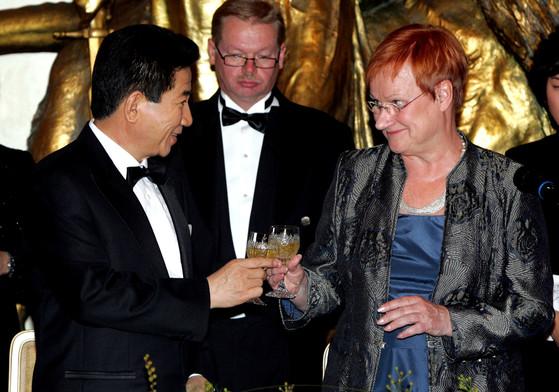 2006년 핀란드를 국빈 방문한 노무현 대통령이 국빈만찬에서 타르야 할로넨 대통령과 건배하고 있다.[중앙포토]