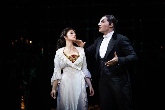 내년 8월까지 공연하는 뮤지컬 '오페라의 유령'의 두 주인공 유령(오른쪽, 조나단 록스머스)과 크리스틴(클레어 라이언). [사진 에스앤코]