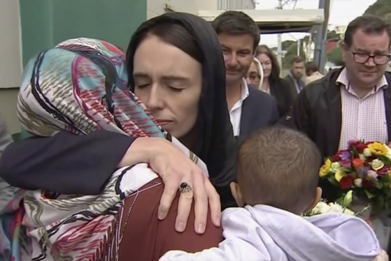 지난 3월 뉴질랜드의 크라이스트처치의 모스크에서 충격 사고가 발생해 50명이 사망하자 저신다 아던 총리가 현장에 달려가 희생자 가족을 포옹하고 있다. 아던 총리는 무슬림 여성들이 쓰는 히잡을 쓰고 나타나 희생자들에 대한 공감을 보여줬다. [AP=연합뉴스]
