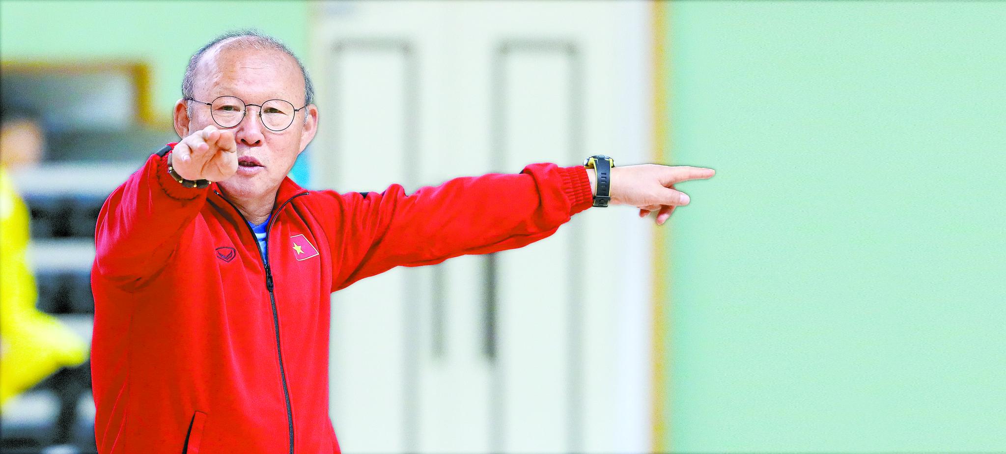 """동남아시안게임에서 우승하고 귀국한 박항서 감독은 '남은 축구 인생을 베트남에서 마무리하겠다""""는 말로 베트남 축구에 대한 애정을 드러냈다. [뉴시스]"""
