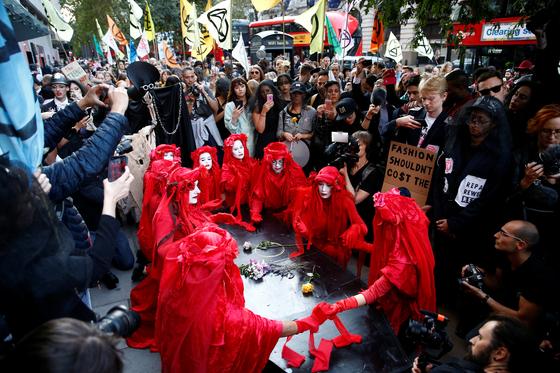 지난 17일 열린 기후변화 방지 운동 단체 '멸종저항(Extinction Rebellion)'의 패션위크 장례식 퍼포먼스. [사진 연합뉴스=로이터]