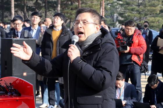 황교안 자유한국당 대표가 이날 오후 서울 여의도 국회에서 열린 '공수처법·선거법 날치기 저지 규탄대회'에서 발언을 하는 모습. [뉴스1]