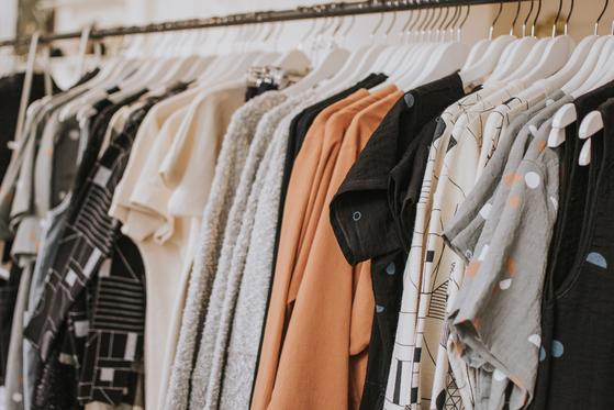 너무 많은 옷을 소유하고 있는 현대인들. 입지 않은 옷을 순환시킨다는 측면에서 중고 패션 시장이 지속 가능한 패션 산업으로 주목받고 있다. [사진 Lauren Fleischmann on Unsplash]