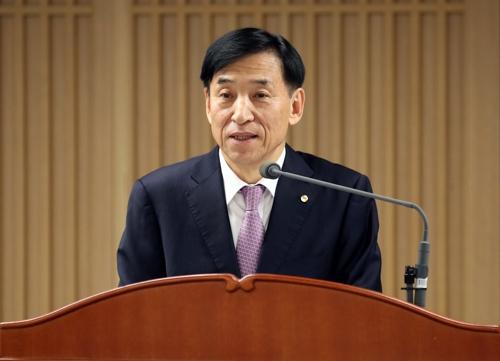 이주열 한국은행 총재가 18일 기자간담회에서 물가안정목표 운영상황을 설명하고 있다. [사진 한국은행]