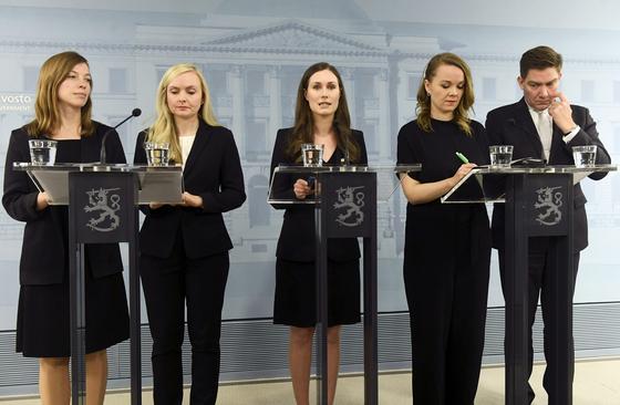 핀란드의 신임 장관들이 지난 10일 기자회견을 하고 있다. 산나 마린 총리 내각은 19명의 장관 중 12명에 여성이다. 남녀가 나이가 아닌 능력 중심의 인선으로 평가할 수 있다. [AP=연합뉴스]