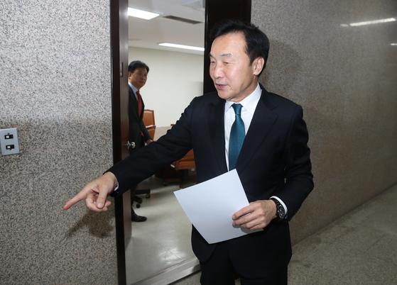 선거법 합의문 들고 나오는 바른미래당 손학규 대표. [연합뉴스]