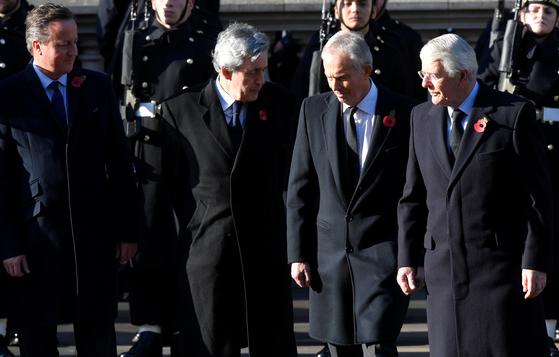 지난 11월 10일 제1차 세계대전 추념 일요일(종전기념일인 11월 11일에서 가장 가까운 일요일)에 영국 런던에서 열린 영연방 현충일 추념 행사에서 영국의 전직 총리들이 나란히 서있다. 왼쪽부터 데이비드 캐머런, 고든 브라운, 토니 블레어, 존 메이지가 나란히 섰다. 모두 추념을 상징하는 붉은색 파피를 왼쪽 가슴에 달고 있는 것이 눈에 띤다. 1차대전 당시 플랑드르 전선의 참호 주변에 흐드러지게 피던 개양귀비 꽃을 추념의 상징으로 형상화했다. [로이터=연합뉴스]