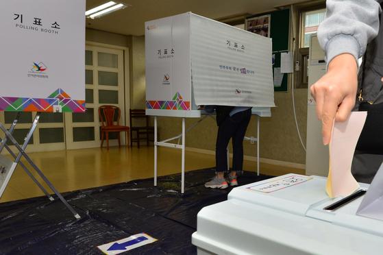 생활폐기물에너지화시설에 반대하는 포항시 오천읍 주민들이 18일 오전 경북 포항시 남구 문덕리 부영사랑으로 아파트 제 10투표소에서 시의원 주민소환 본 투표를 하고 있다. [뉴스1]