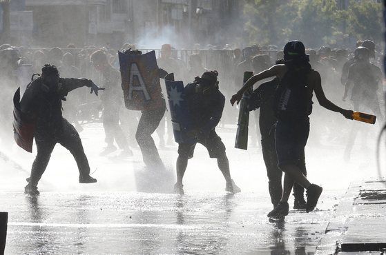 칠레 산티아고 이탈리아 광장에서 벌어지고 있는 시위. [로이터=연합뉴스]