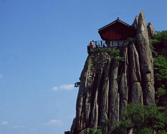 서울 남쪽에 우뚝 솟은 관악산은 곳곳의 봉우리가 험한 바위로 이루어져 기묘한 형상을 이룬다. [중앙포토]