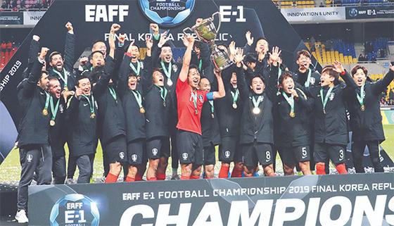일본을 꺾고 동아시안컵 3연패를 이끈 한국축구대표팀 주장 김영권(가운데)이 우승트로피를 들고 동료들과 환호하고 있다. 송봉근 기자