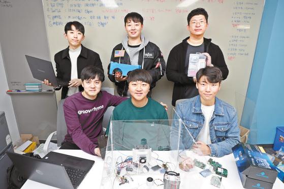학생 스타트업 야하잇이 스마트 컨테이너 프로토타입 모듈을 제작해 테이블에 올려놓고 기념촬영을 했다. [사진 삼육대]