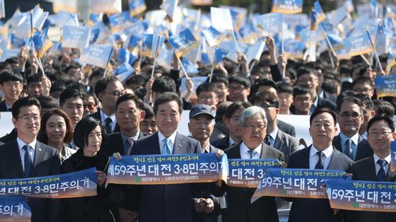 국가기념일로 지정된 3.8민주의거 첫 기념식이 지난 3월 8일 대전시청 남문광장에서 열렸다. 이낙연 국무총리, 허태정 대전시장, 대전고등학교 학생 등 참석자들이 3.8민주의거 거리행진을 당시를 재현을 하고 있다. [뉴스1]