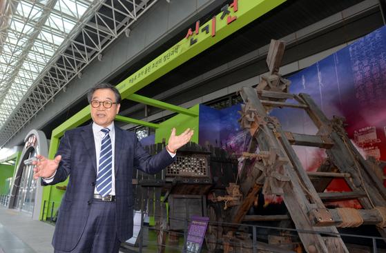 채연석 전 한국항공우주연구원 원장이 대전 국립중앙과학관 야외에 전시된 조선시대 다연장 로켓포 신기전을 설명하고 있다. 그는 2003년 고서 속에 잠자고 있던 신기전을 최초로 실물 복원한 주인공이다. 프리랜서 김성태