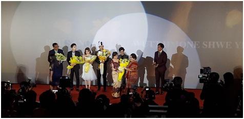 [사진설명] 영화가 끝난 후 무대 위에서 포토월 타임을 갖는 주연 배우들과 관계자들