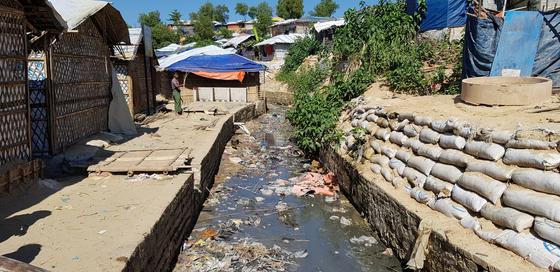 60만 명이 넘는 로힝야 난민이 임시 기거하는 쿠루팔롱 난민촌의 모습. 개천에 쓰레기가 쌓여 악취가 진동을 했다. [채인택 기자]