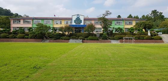 전남 화순군 북면 아산초등학교가 전학생을 위해 안 쓰는 관사를 철거하고 2가구가 살 수 있는 1층짜리 주택을 다음 달까지 짓는다. 사진은 전남 화순 아산초등학교 전경. [연합뉴스]