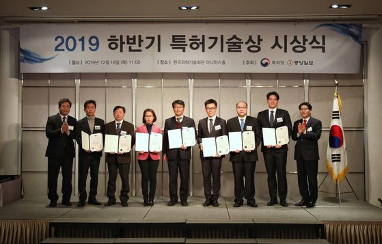 천세창 특허청 차장(오른쪽)이 19일 서울 SC컨벤션에서 열린 '특허기술상 시상식'에서 수상자들과 기념촬영을 하고 있다. 수상자에게는 특허청의 발명 장려 사업에 우대 혜택을 준다. [연합뉴스]