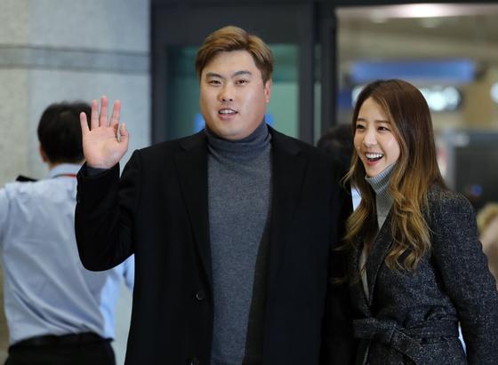 """류현진과 아내 배지현씨가 11월 입국했다. 당시 류현진은 """"계약은 에이전트에게 다 맡겼다""""고 말했다. 김민규 기자"""