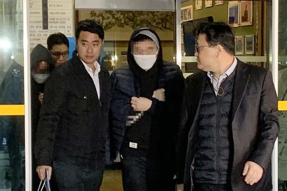 시청자 투표 조작 혐의를 받는 엠넷(Mnet)의 아이돌 오디션 프로그램 '프로듀스 엑스(X) 101' 김용범 CP(총괄 프로듀서)와 안준영PD가 검찰에 송치되고 있다. [연합뉴스]