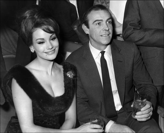 프랑스인 최초로 영화 007 본드걸로 출연했던 클로딘 오제(왼쪽)가 향년 78세로 별세했다. [AFP 연합뉴스]