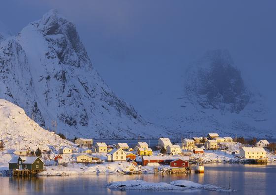 노르웨이 북부 로포텐 제도의 라이네 마을 풍경. '겨울왕국'의 실제 배경이 된 곳 중 하나다. 육중한 설산과 해변 마을이 그림처럼 조화를 이룬다. [사진 노르웨이관광청]
