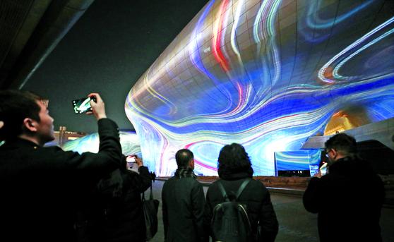 서울시의 겨울 빛 축제 '서울라이트(SEOUL IGHT)' 시연회가 19일 오후 서울 중구 동대문 디자인플라자(DDP)에서 열렸다. 공연은 내년 1월 3일까지 보름 동안 매일 오후 7시~10시 매시 정각에 16분 동안 진행된다. [뉴스1]