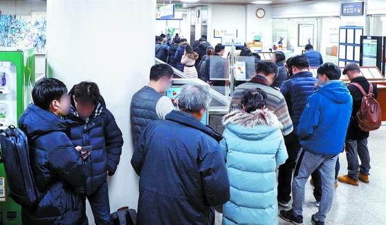 정경심 동양대 교수의 재판을 보려는 방청객들이 19일 서울중앙지방법원에서 줄 서 있다. [뉴스1]
