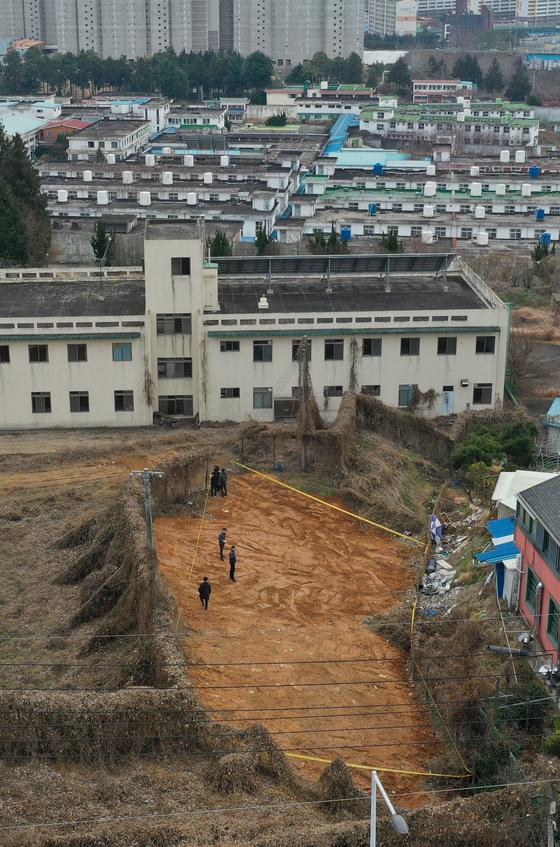 20일 오후 광주 북구 옛 광주교도소 부지에서 유골 수십구가 나와 관계자들이 출입 통제선을 치고 있다. [연합뉴스]