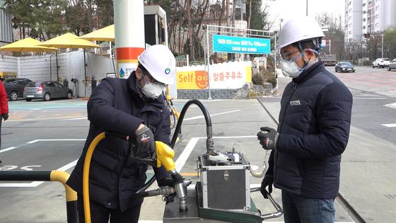 인천시 서구의 한 주유소에서 한국환경공단 직원들이 유증기 회수 설비를 검사하고 있다. [사진 왕준열]