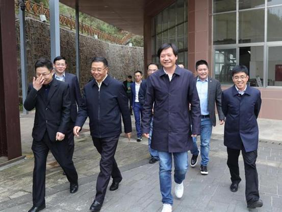 마오타이를 방문한 샤오미 레이쥔 회장(왼쪽에서 세번째) [출처 진르터우탸오]