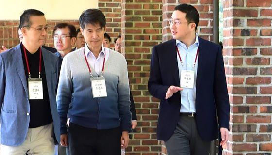 구광모(사진 오른쪽) LG 대표가 올 9월 경기도 이천 LG인화원에서 열린 사장단 워크숍에 참석해 최고경영진과 대화하며 이동하고 있다. [사진 LG]