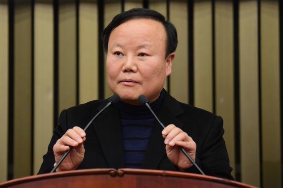 김재원 의원이 9일 오전 국회에서 열린 의원총회에서 당선 소감을 밝히고 있다. 김경록 기자