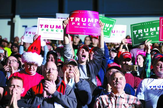 트럼프 대통령의 지지자들이 18일(현지시간) 미시간에서 열린 선거유세에서 환호하고 있다. [AP=연합뉴스]