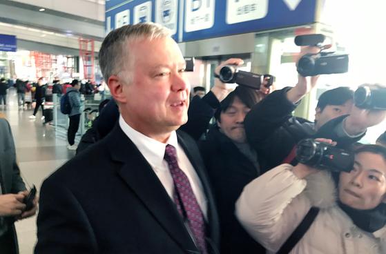 스티븐 비건 미 국무부 대북 특별대표 겸 부장관 지명자가 19일 오후 방일 일정을 마친 뒤 중국 베이징 공항에 도착했다. 사진은 취재진에 둘러싸인 비건 대표. [연합뉴스]
