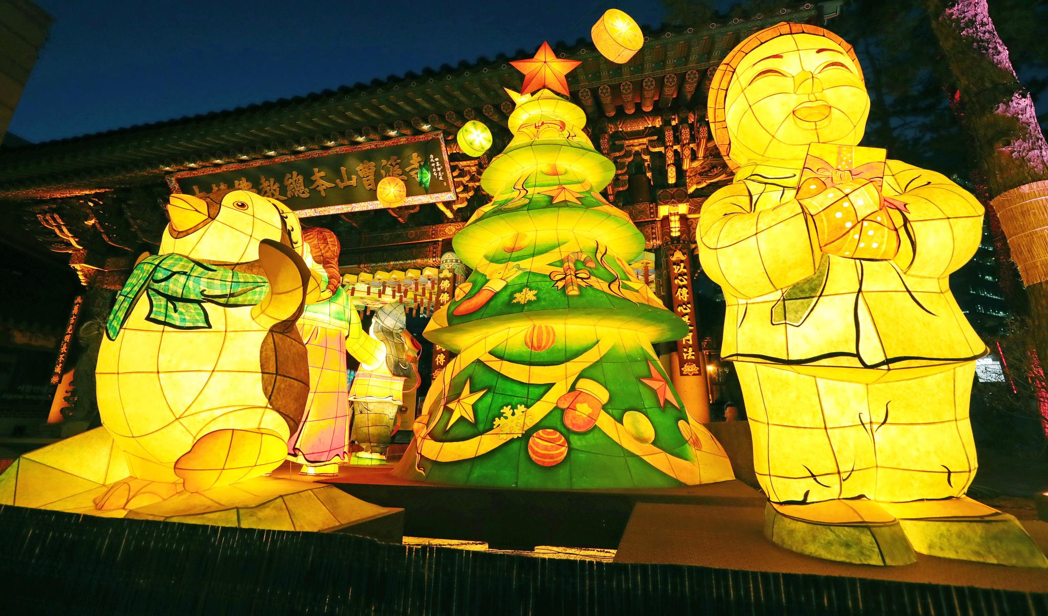 20일 오후 서울 종로구 조계사 일주문 앞에 크리스마스트리가 점등되어 있다. [연합뉴스]