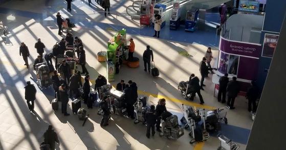20일 오후 러시아 극동 관문 공항인 블라디보스토크 국제공항에서 북한 노동자들이 평양행 비행기에 오르기 위해 기다리고 있다. [연합뉴스]