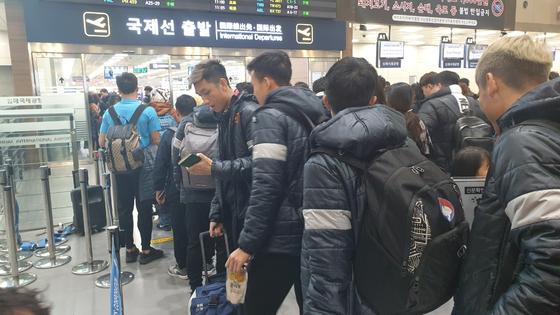 베트남 U-23 축구대표팀 선수들이 22일 김해국제공항을 통해 출국하고 있다. [DJ매니지먼트 제공=연합뉴스]